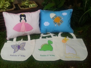 Bantal handmade berpadu goody bag blacu